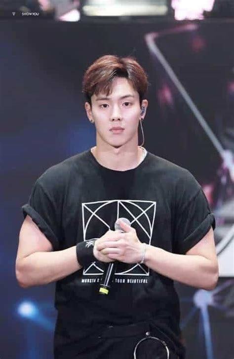 Top 3 male Kpop idols who have perfect body figures with